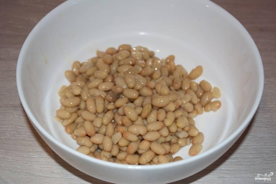 Откройте банку с фасолью консервированной (или приготовьте фасоль самостоятельно дома). В емкость для сборки салата перекладываем фасоль.