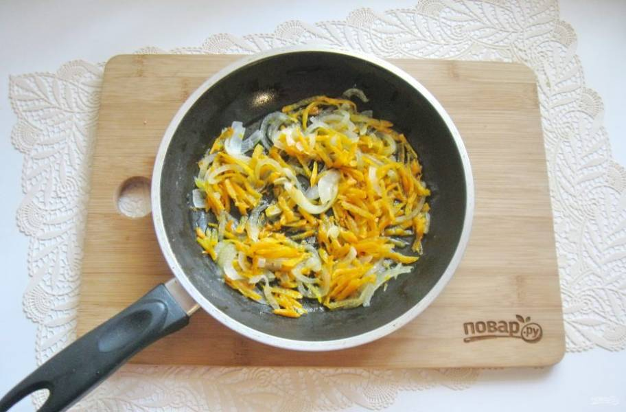 Налейте подсолнечное масло и тушите овощи, перемешивая в течение 7-8 минут.