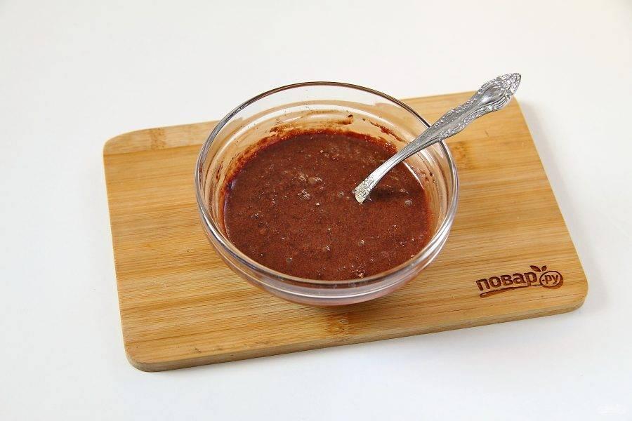 5. Соедините отдельно какао, сахар и молоко. Перемешайте. Поставьте в микроволновую печь на 1-2 минуты и доведите до кипения.