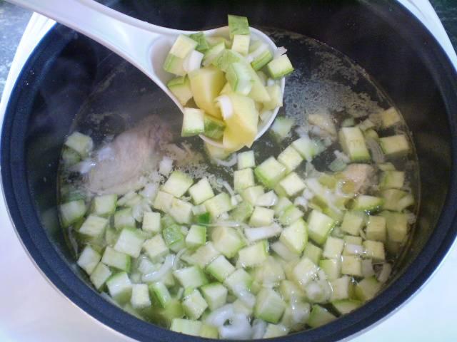 6. К готовой курице добавляем картофель, лук, кабачок. Варим 15 минут.