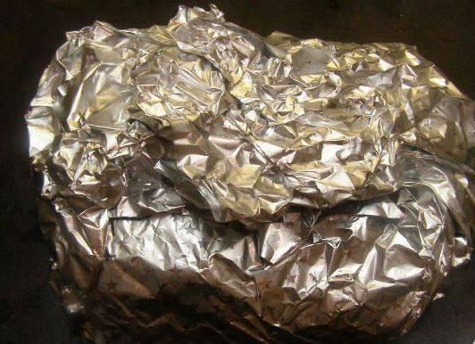Мясо завернуть в фольгу и поставить в нагретую до 200 градусов духовку на два часа.
