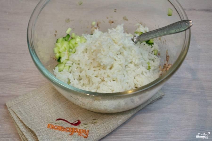 Отварной рис остудите и добавьте в салат.