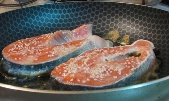 2. Смешиваем яйцо с солью в отдельной широкой миске. Оставляем рыбу на 10 минут мариноваться в соли и лимонном соке. Затем обмакиваем рыбу в яйцо и кунжут. Обжариваем на растительном масле, выложив рыбу сначала присыпанной стороной. Переворачиваем рыбу и жарим с другой стороны.