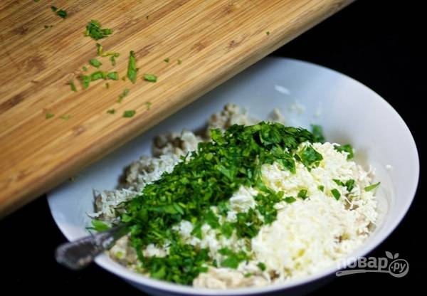 11. Измельчите немного вымытой и обсушенной свежей зелени.