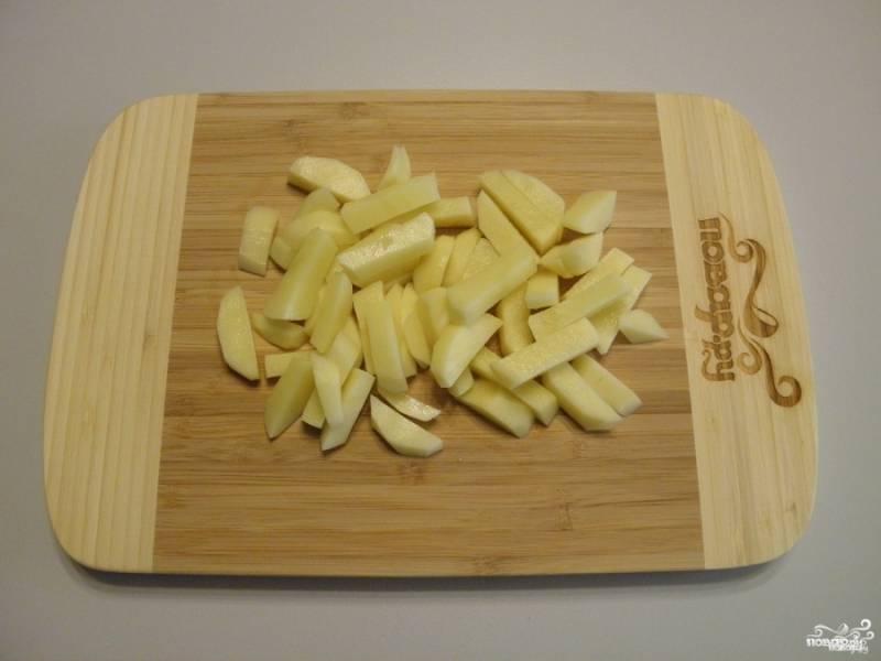 Очищенный картофель порежьте брусочками, соломкой и кубиками среднего размера.