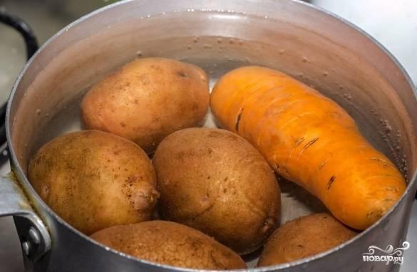 Морковь и картофель хорошо помойте, сварите в мундире до готовности. Яйца сварите вкрутую. Всё остудите.