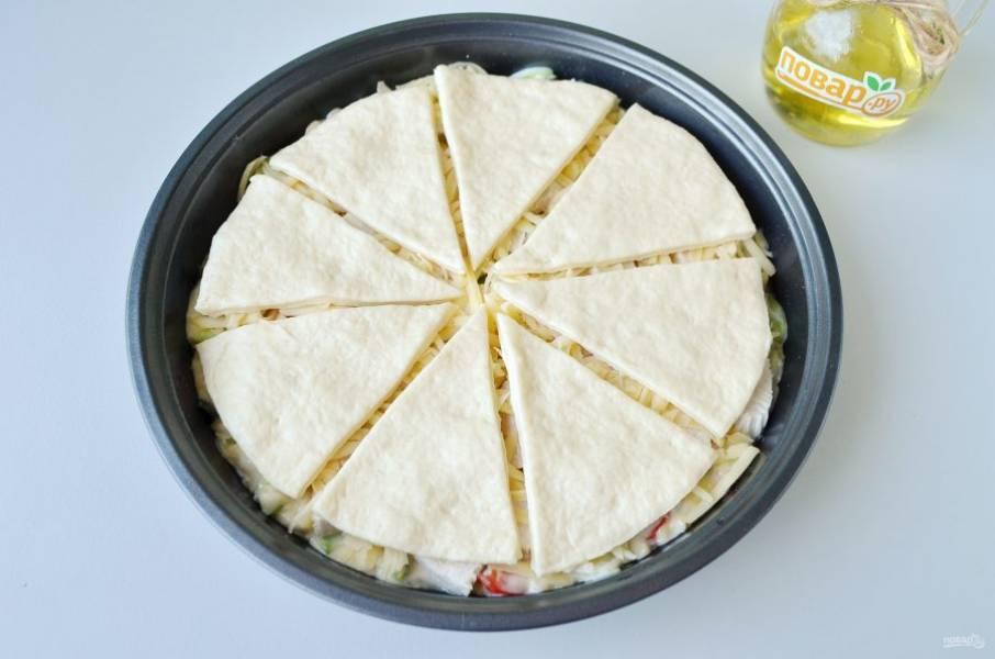 11. Положите лепешки сверху, чтобы были маленькие промежутки. Поставьте в духовку на 20 минут.