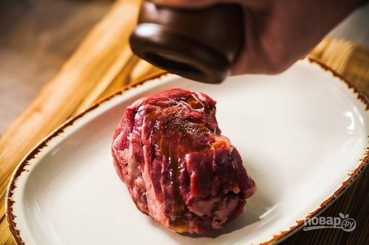 Вырезку смажьте оливковым маслом, приправьте солью и перцем, прожарьте до состояния medium rare (средняя степень).
