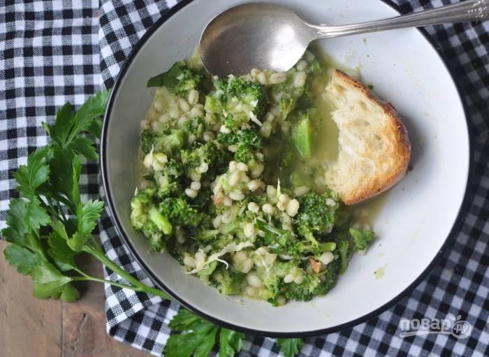 4. Затем в суп добавьте брокколи и соль по вкусу. Подавайте блюдо с пармезаном. Приятного аппетита!