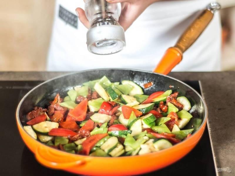 Обжарьте овощи до мягкости в масле. Добавьте перец, соль и сахар. Перемешайте.