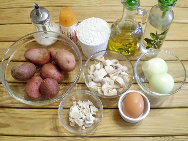 1. Приготовим продукты. Шампиньоны у меня замороженные, их размораживать предварительно не нужно. Также вкусной получается начинка из смеси разных грибов.