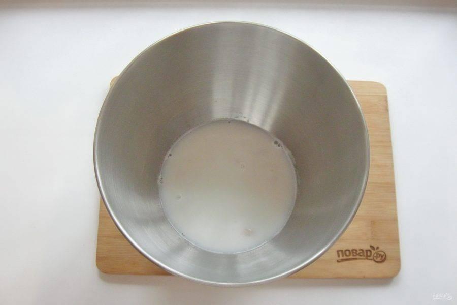 Молоко соедините с водой, подогрейте и влейте в дрожжи, перемешайте.