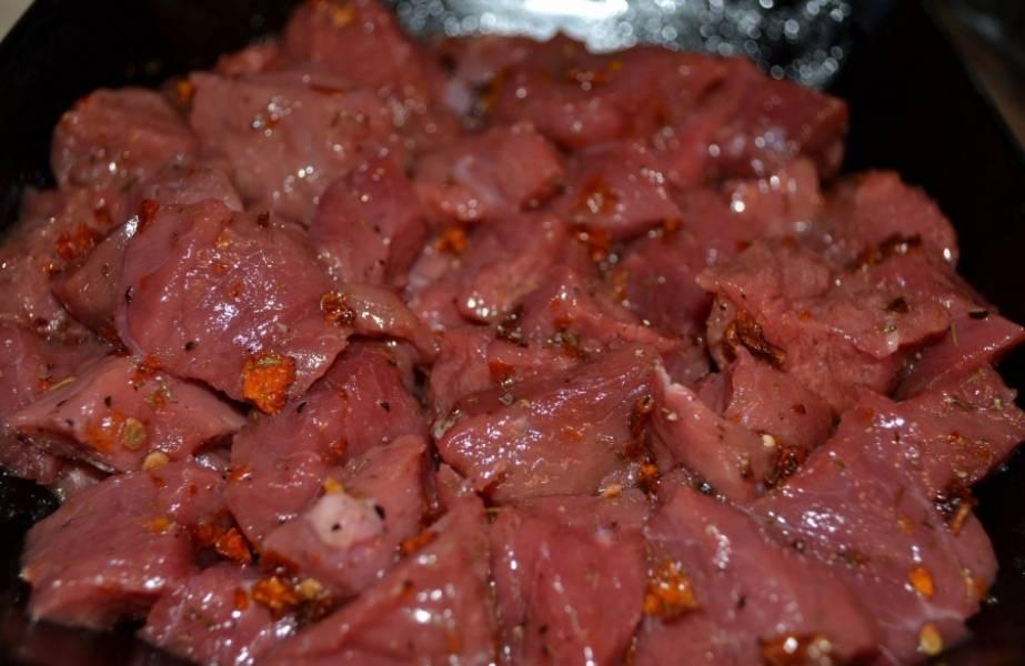 К мясу добавляем оливковое масло, сушенный укроп, помидоры, соль перец и хорошенько перемешиваем.