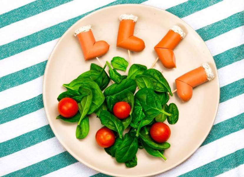 3. Подавайте на листьях салата, добавив помидоры черри. Приятного аппетита!