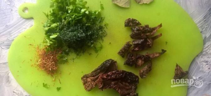 Спустя полчаса отправьте мелко нарезанную зелень, листик лаврушки, вяленые томаты. Я еще добавила щепотку шафрана, но это на ваше усмотрение.