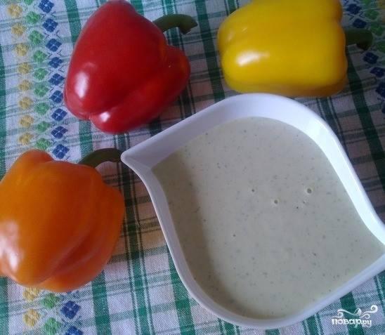 3. Тертый имбирь соедините с майонезом. Размешайте и добавьте в него пару ложек порошка васаби по своему вкусу. Ориентируйтесь на степень остроты пасты. Затем смешайте все с соевым соусом. Тщательно перемешав все ингредиенты, накройте соус и поместите его на время в холодильник.