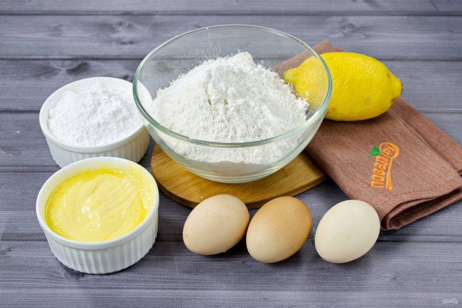 Подготовьте необходимые продукты. Сливочное масло заранее достаньте из холодильника, чтобы оно хорошо размягчилось.  Лимон тщательно вымойте, снимите цедру с помощью мелкой терки. Старайтесь снимать так, чтобы не задеть белую часть кожуры. Выдавите из лимона сок.