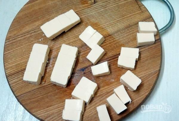 7. Небольшими кубиками нарежьте плавленый сырок.