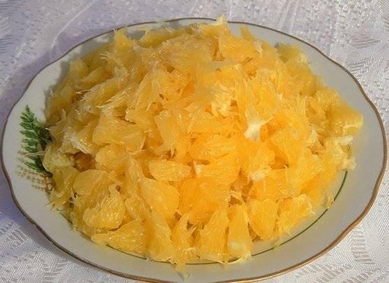 Апельсины почистить от перепонок и зерен.