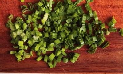 Измельчаем зеленый лук и добавляем в суп. Специи по вкусу. Снимаем суп с плиты, даем ему настояться 15 минут.