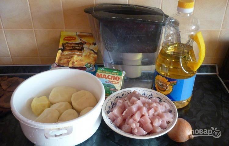 Очищенный картофель крупно нарежьте. Филе нашинкуйте средними кубиками.