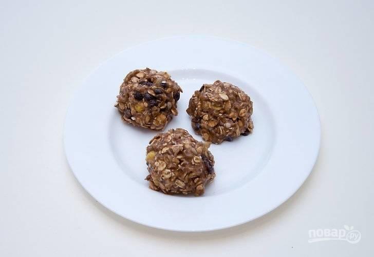 3. Тщательно все перемешайте и из полученной массы сформируйте 3-4 печенья.