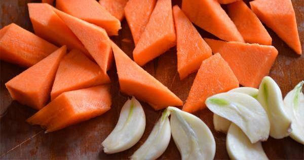 Мелко нарезаем морковь и чеснок. Порезать нужно таким образом, чтоб один конец каждого кусочка получился заостренным.