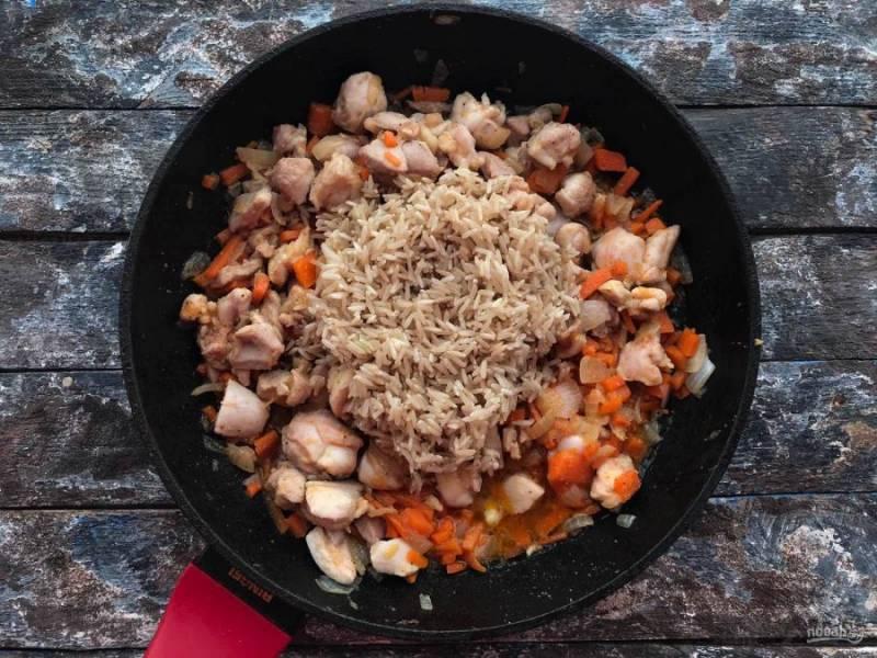 Рис хорошо промойте и всыпьте в сковороду.