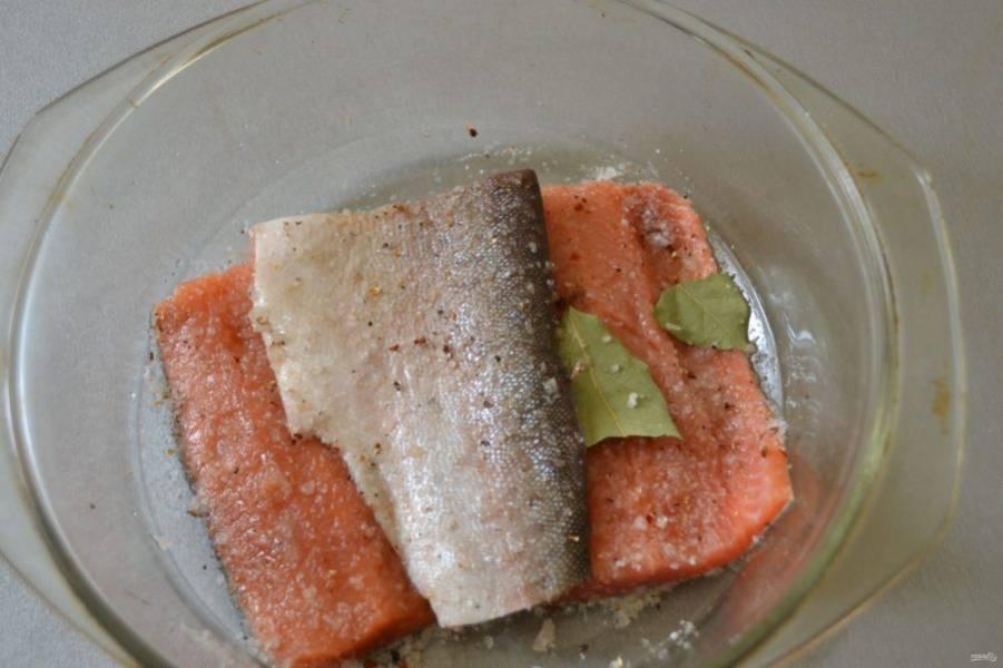 Уложите следующий пласт рыбы кожей вверх, посыпьте посолочной смесью, накройте крышкой и уберите в холодильник на одни сутки.