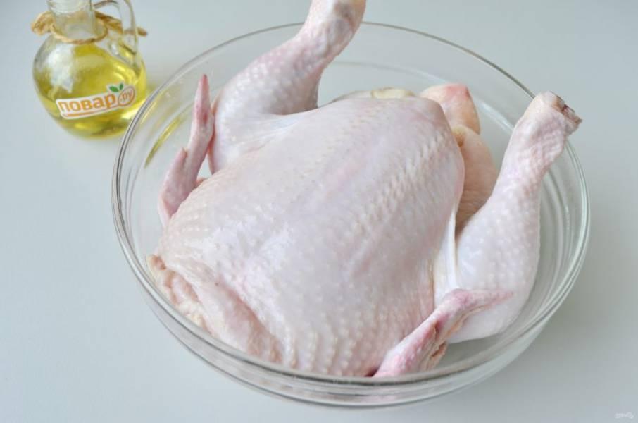1. Курочку тщательно вымойте внутри и снаружи, удалите остатки перьев, снимите грубую желтую кожицу с ножек. Обсушите бумажным полотенцем.
