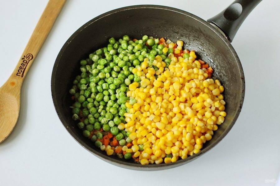 Добавьте кукурузу, слив с нее предварительно жидкость и зеленый горошек (я использовала замороженный).