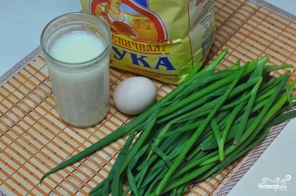 1. Вот такой бюджетный набор ингредиентов вам необходим, чтобы повторить рецепт приготовления оладьев из зеленого лука на вашей кухне.