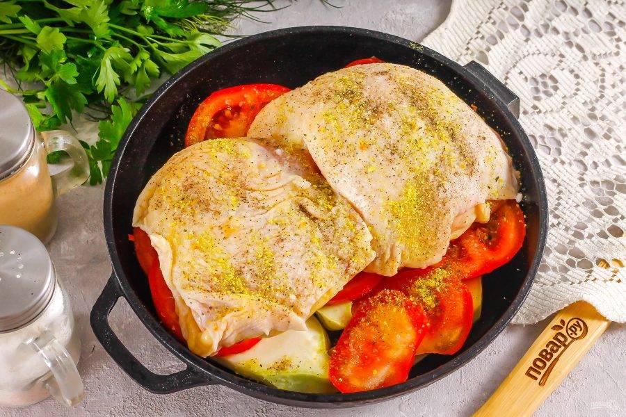 Посолите мясо птицы и присыпьте приправой. Разогрейте духовку до 200 градусов и отправьте форму в духовку на 40 минут. Обязательно проткните бедрышки ножом в нескольких местах после 25 минут запекания, чтобы выпустить сок.