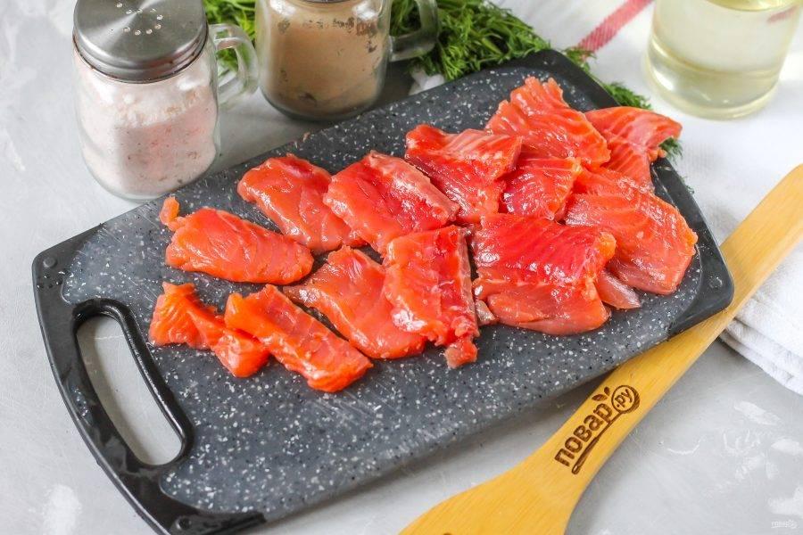 Нарежьте тонкими ломтиками, хотя можно засолить и целиком. Но нарезка уменьшает время приготовления блюда.