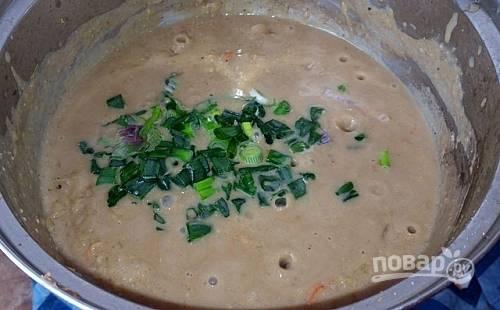 6.Разомните содержимое ложкой, пусть останутся крупные кусочки, добавьте зеленый лук и перемешайте, посолите по вкусу и готовьте еще 2-3 минуты.