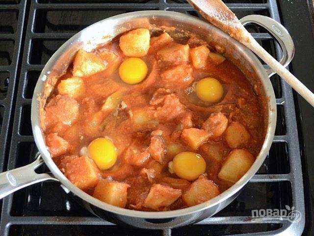 7.Сделайте в сковороде 4 углубления и вбейте в каждое из них по 1 яйцу, накройте сковороду крышкой и готовьте 6-10 минут в зависимости от того, какое яйцо вы любите.