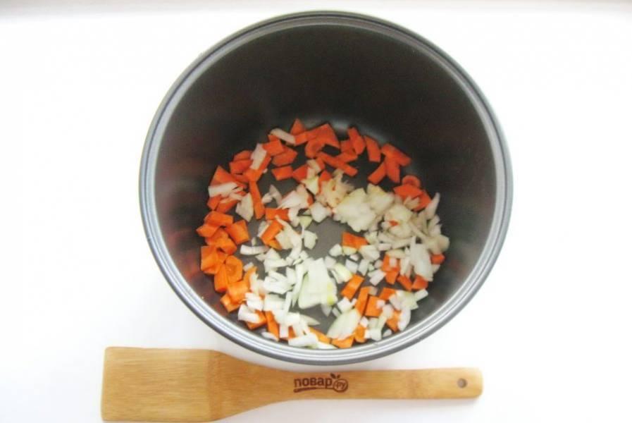 Репчатый лук и морковь мелко нарежьте и выложите в чашу мультиварки.
