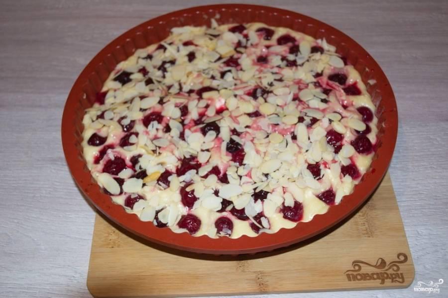 Пирог сверху посыпьте миндальными лепестками. Разогрейте духовку 180 градусов. Выпекайте пирог до готовности около 40 минут.