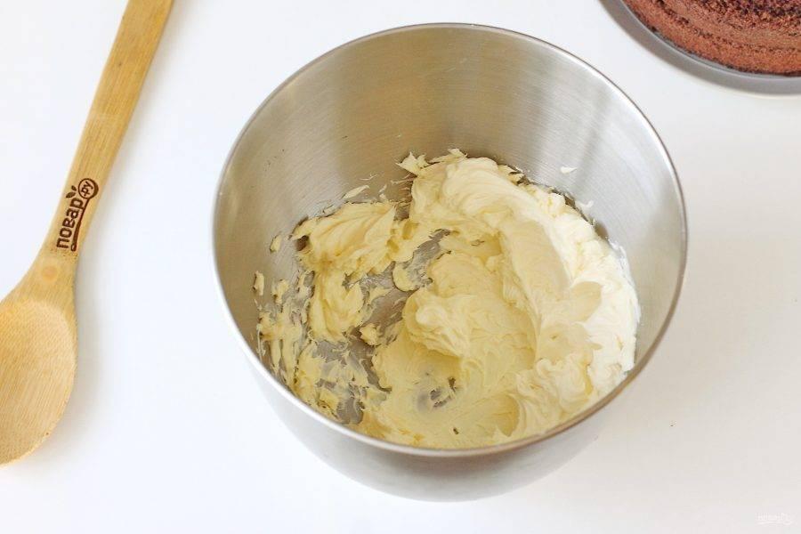 Мягкое сливочное масло взбейте на максимальных оборотах около 2-3 минут.
