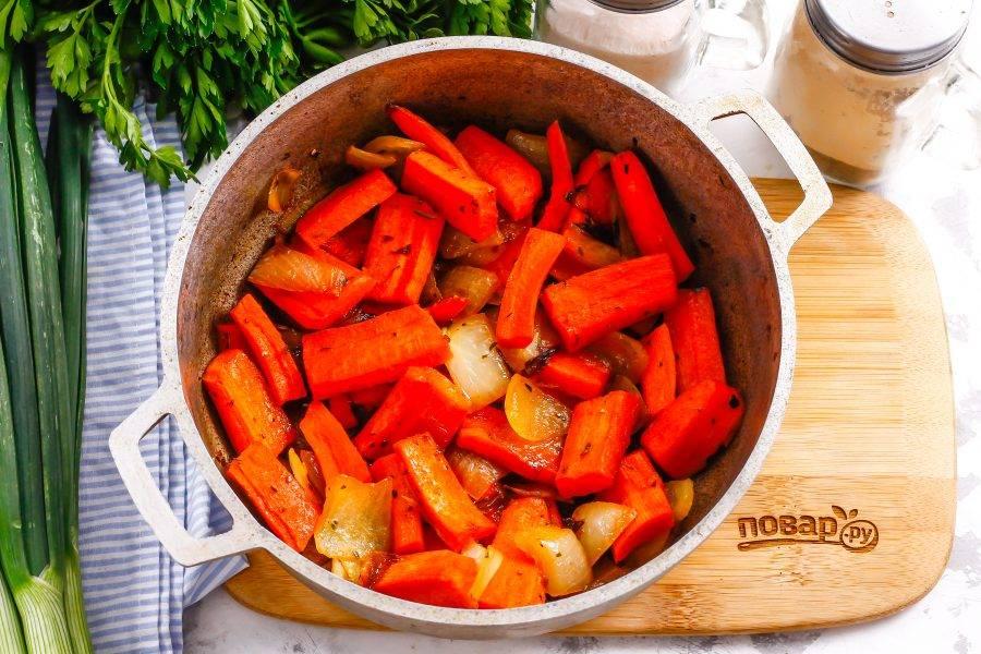 Попробуйте блюдо на вкус, подкорректируйте его при необходимости и выключите нагрев.
