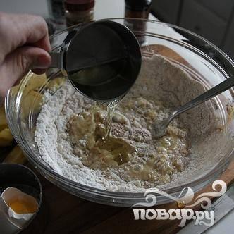 6. В большой миске смешать муку, разрыхлитель, корицу и соль. Добавить банановую смесь и растительное масло, размешать.