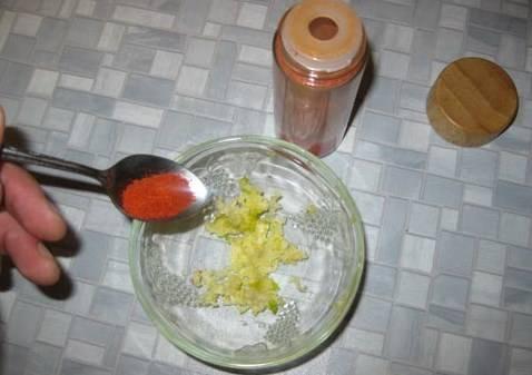 Готовим заправку к блюду. В мисочку выдавливаем 2-3 зубчика чеснок, добавляем красный перец (2-3 ложечки) или другие приправы.