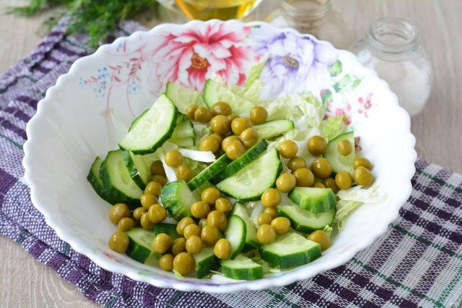 Слейте маринад с горошка, добавьте бобы в салат.