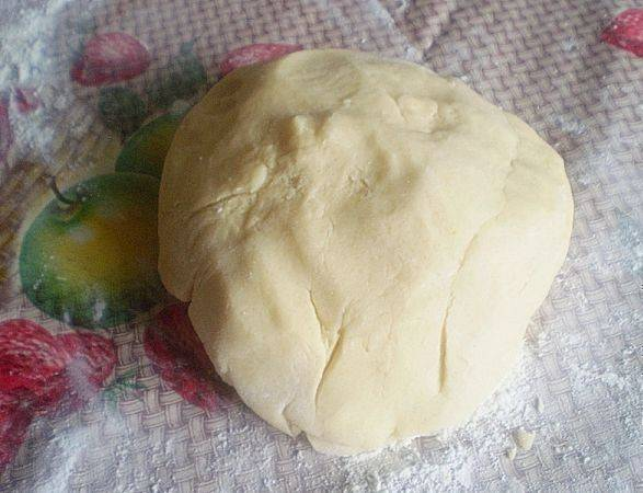 Затем руками начинаем вымешивать крошку в тесто. От тепла рук маргарин тает и вам придется подсыпать муку.Но не пересыпьте муки - в итоге у вас должно получиться эластичное и довольно мягкое тесто. Отправляем тесто в холодильник минут на 30.