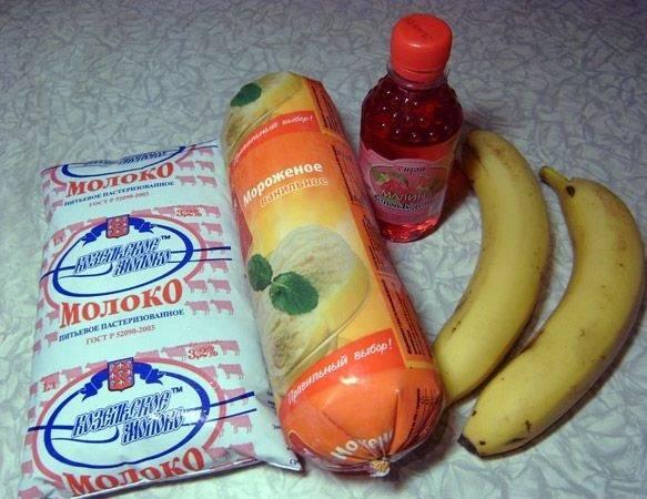 1. Рецепт приготовления молочного коктейля с сиропом довольно прост. Чтобы придать ему более густую консистенцию и внести интересную нотку во вкус в данном случае используется банан. При желании его можно заменить чем-то другим или вообще не включать в коктейль.