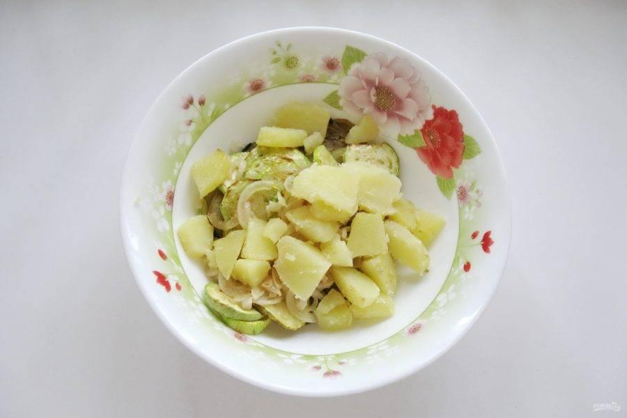 Картофель отварите, охладите и нарежьте произвольно, но не очень мелко. Добавьте в салат картофель и жареный лук.