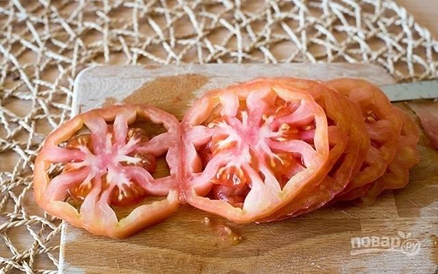 1.Крупные, «мясистые» помидоры вымойте и нарежьте на кольца толщиной 1,5 см.