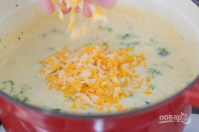 Спустя 10 минут варки натрите в суп сыр.