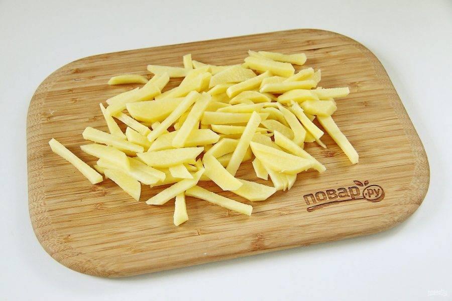Картофель нарежьте брусочками.