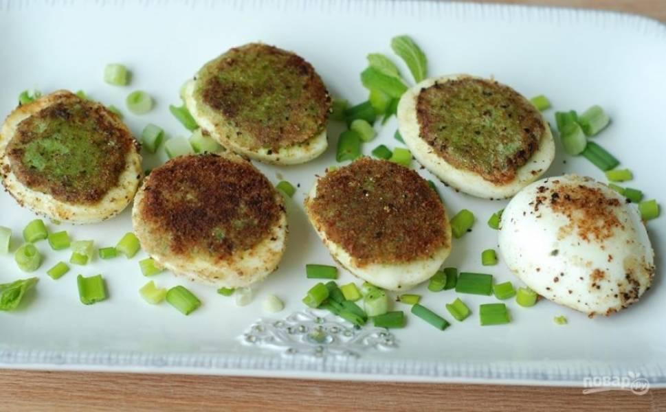 5. Обжарьте яйца с двух сторон на растительном масле до золотистой корочки и подавайте к столу. Приятного аппетита!